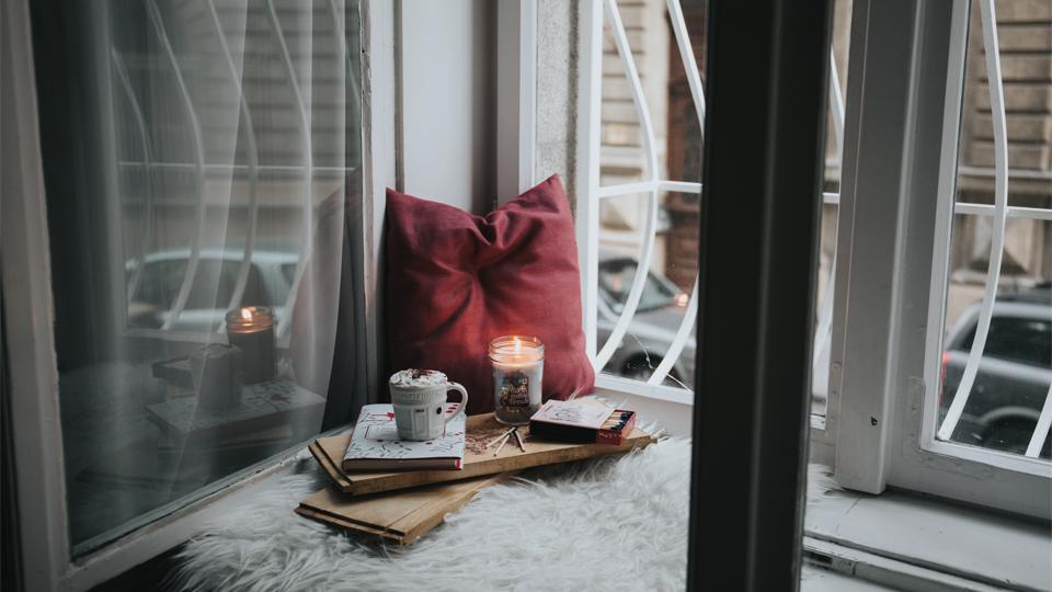 Einsames Kerzendinner am Fenster